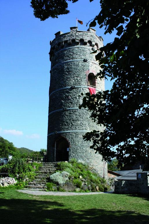 Středověká hradní věž